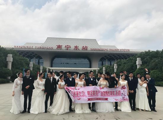 """浪漫""""七夕""""中国铁路南宁局集团举办高铁主题婚纱摄影活动"""