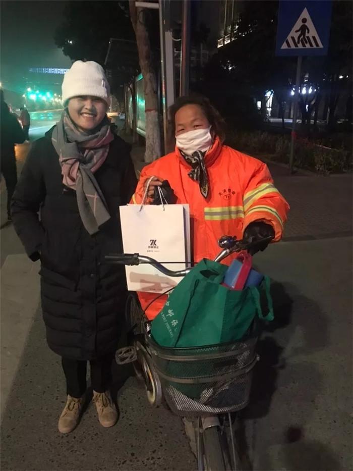 感恩日活动│中科恒运西安分公司为环卫工人献温暖