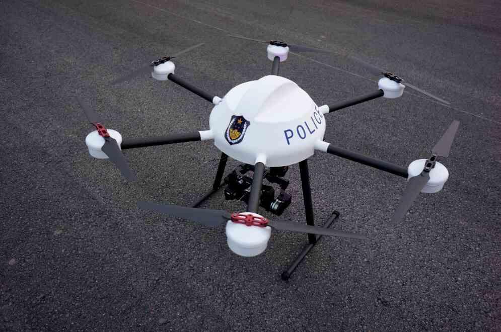 2、内部结构 接收机:接收发射机信号 调速板:为接收机提供电源、马达高速舵机:方向、升降控制 电机:产生动力 电源:为电机、接收机、舵机提供能源 3、飞行原理 比如直升机:推升降舵时,发射机(遥控器)把一个数据(你推升降舵的量已经直接被遥控器处理为动作数据,这就叫智能遥控器)通过它的频率发射出去,飞机上装有接收机,由飞机上的接收电池供电(油动机也有电池),接收机会把数据和电能(一颗舵机有三根线连接接收机,一根数据线,两根电源线)直接传输到控制升降舵的舵机上(由一颗微型马达,电路板和齿轮组组成,舵机转动精