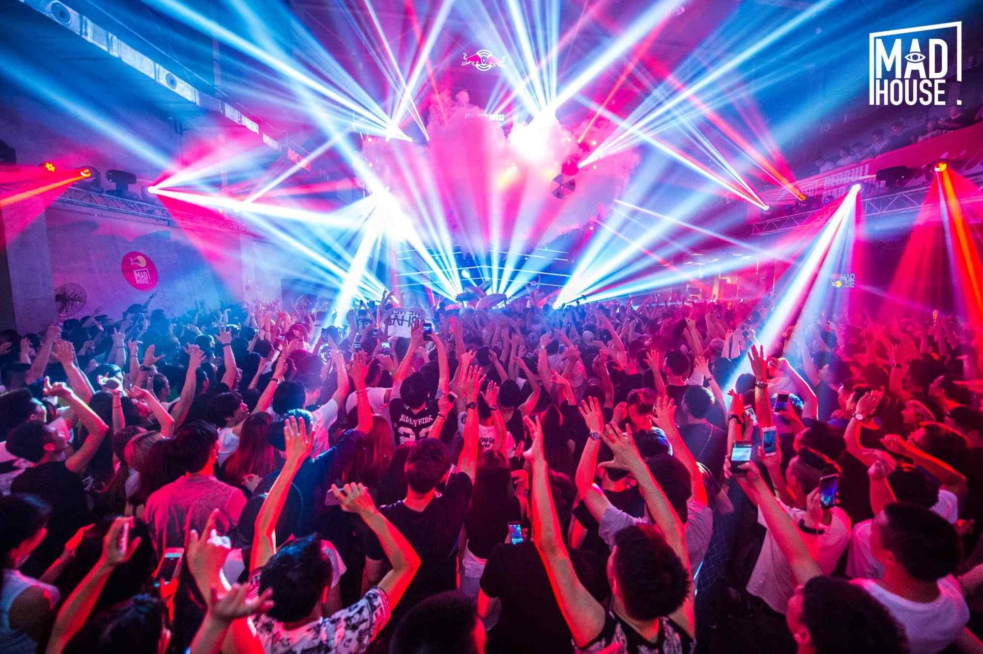 深圳市丛林文化传播有限公司依靠科技创新,不断为客户提供优质的电子音乐派对产品和服务。并且,丛林文化积极导入卓越绩效模式,坚持以质量创品牌。 摩登音乐节创办于2007年,是国内最具历史、最具国际影响力、最专业的音乐节品牌之一。自创办之日起,摩登音乐节即秉承不断探索与创新的原则,力图将摩登音乐节打造成为国内最酷、最具艺术气质、最具音乐品质的音乐节品牌。七年前,摩登音乐节的横空出世,改变了中国音乐行业的格局,今天,我们依然要做这样的事情!